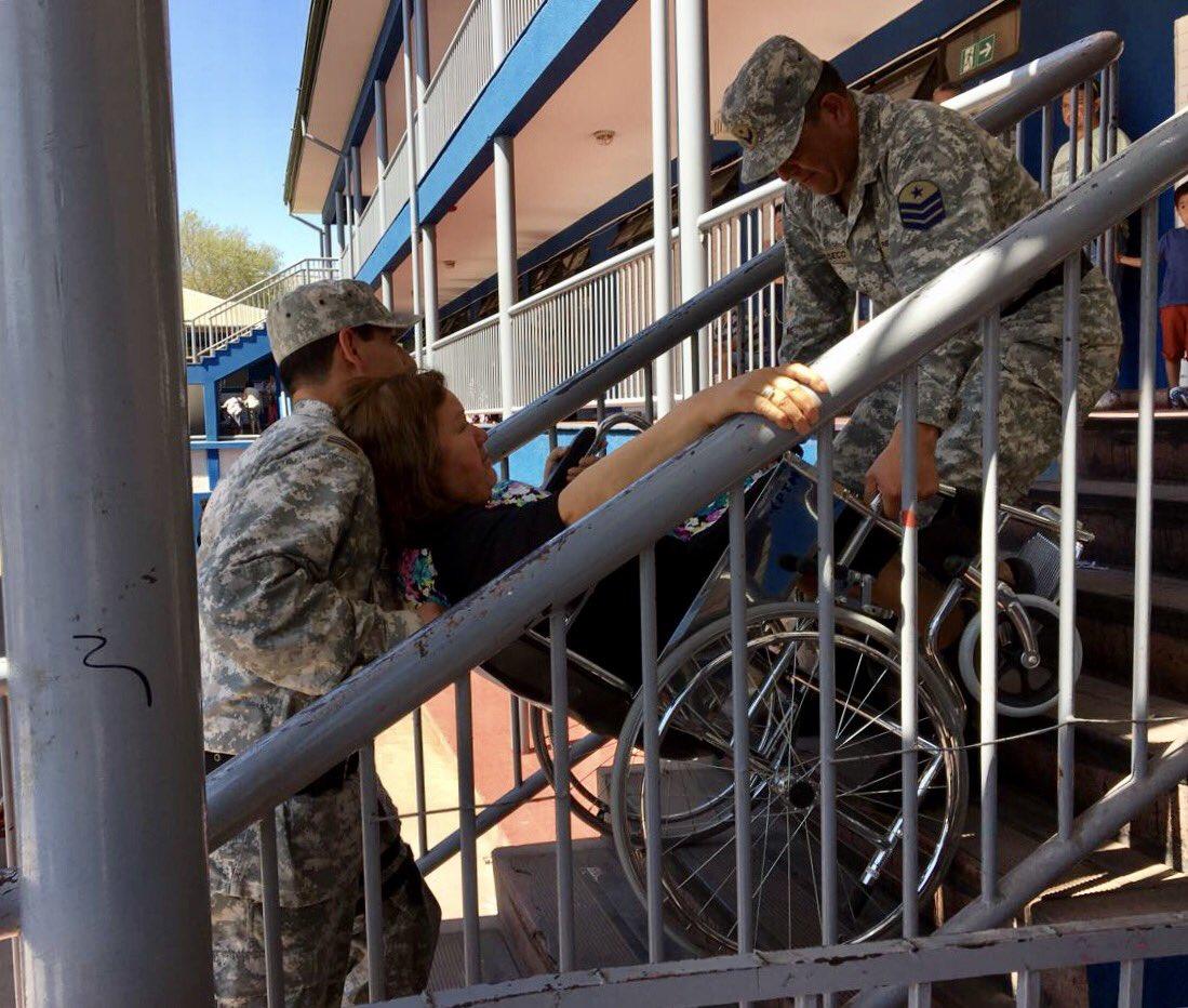 Militares subiendo a una persona en silla de ruedas por las escaleras foto:twitter de christianpino