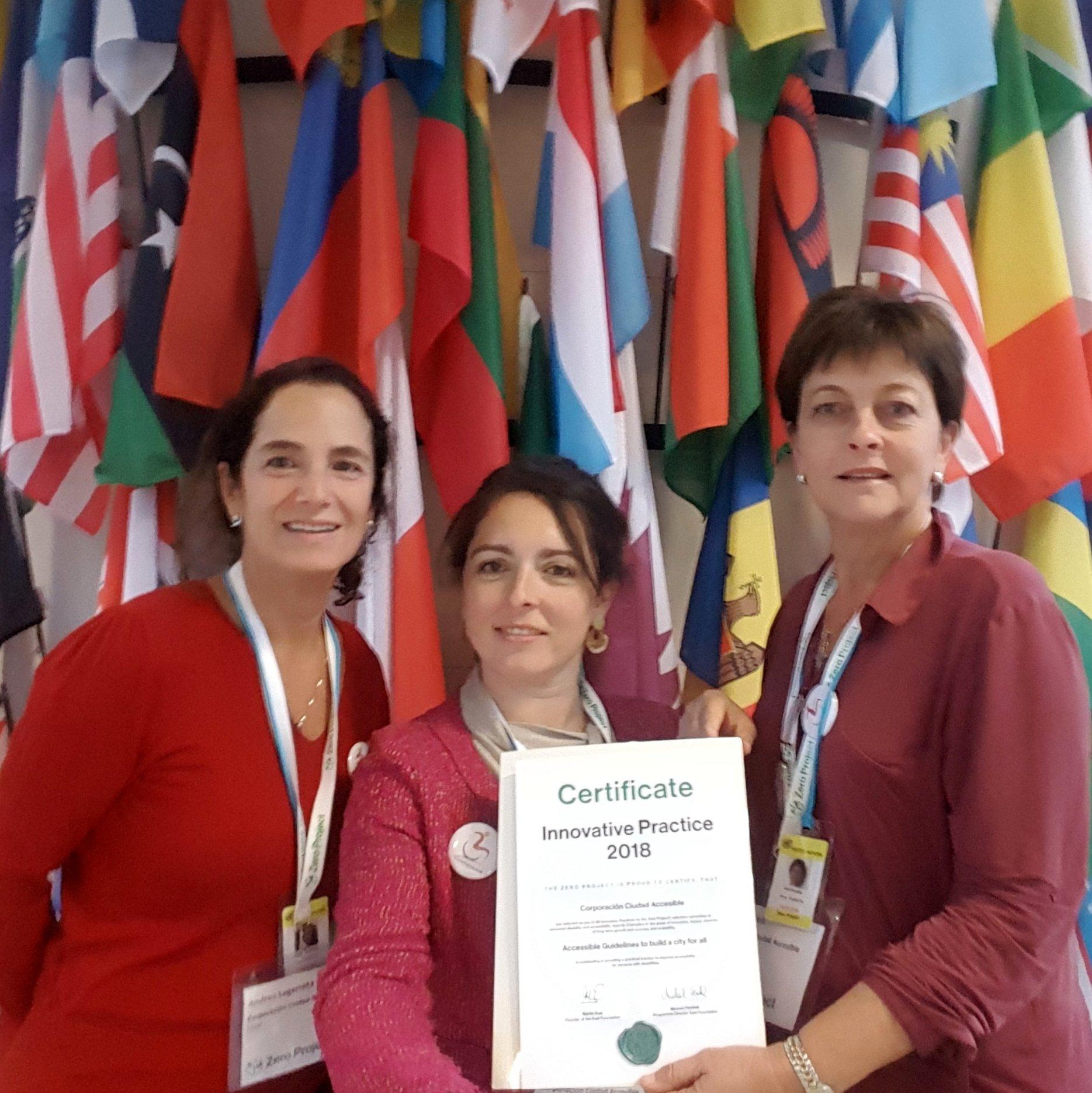 Andrea Legarreta, Kristine France y Pamela Prett en la sede de la ONU en Viena con el certificado del premio ZeroProject