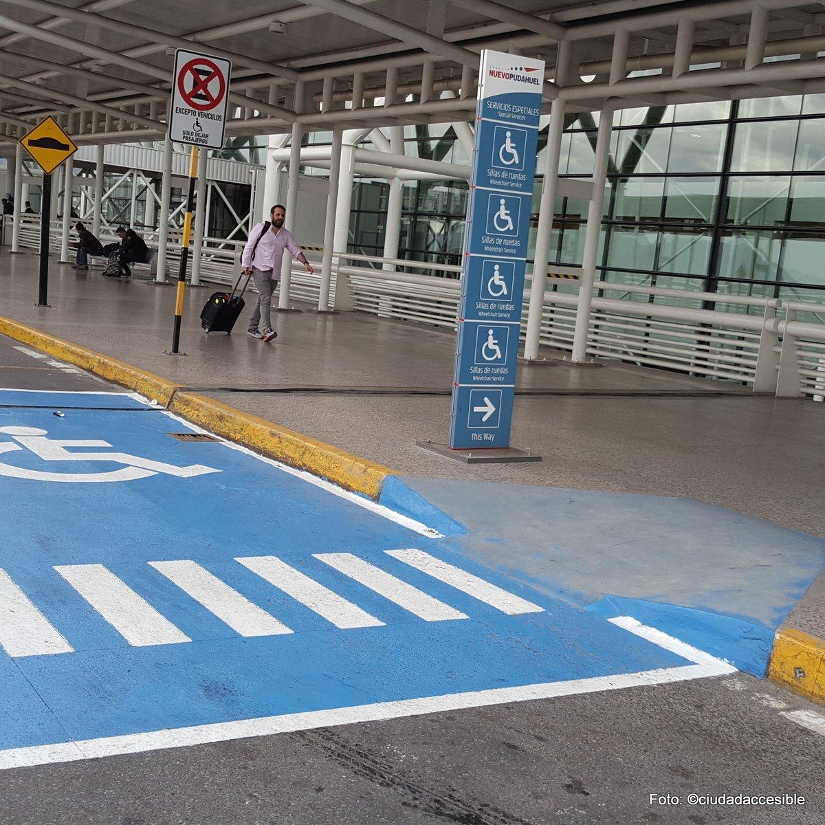 Estacionamiento para personas con discapacidad conectado al acecso de la edificación
