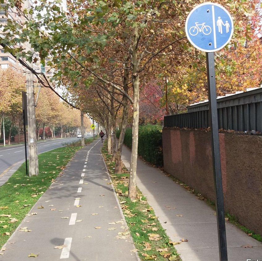 comuna de Las Condes donde se muestra ciclovía diferenciada de la vereda