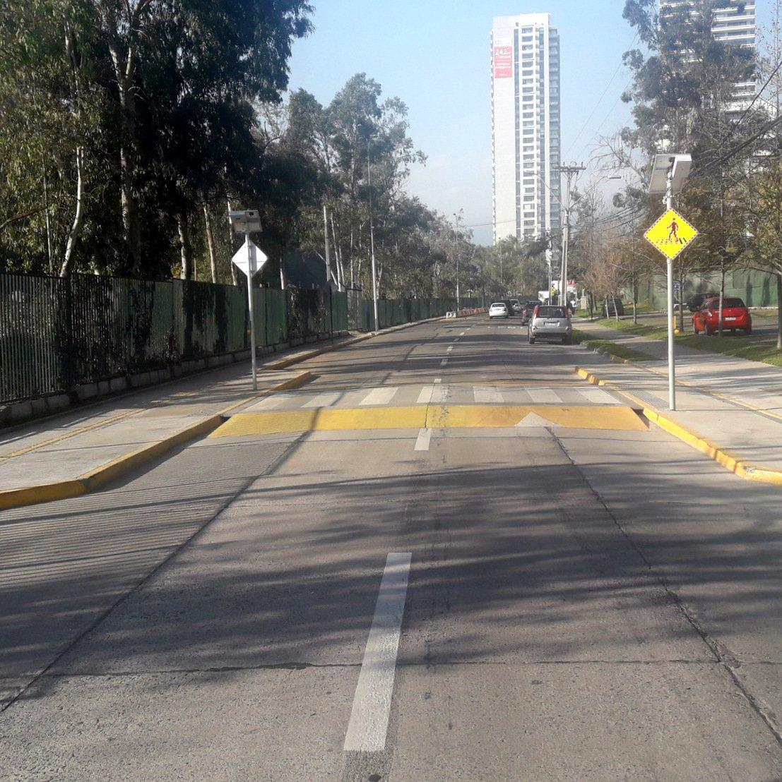 cruce peatonal a nivel con la acera en la comuna de Las Condes