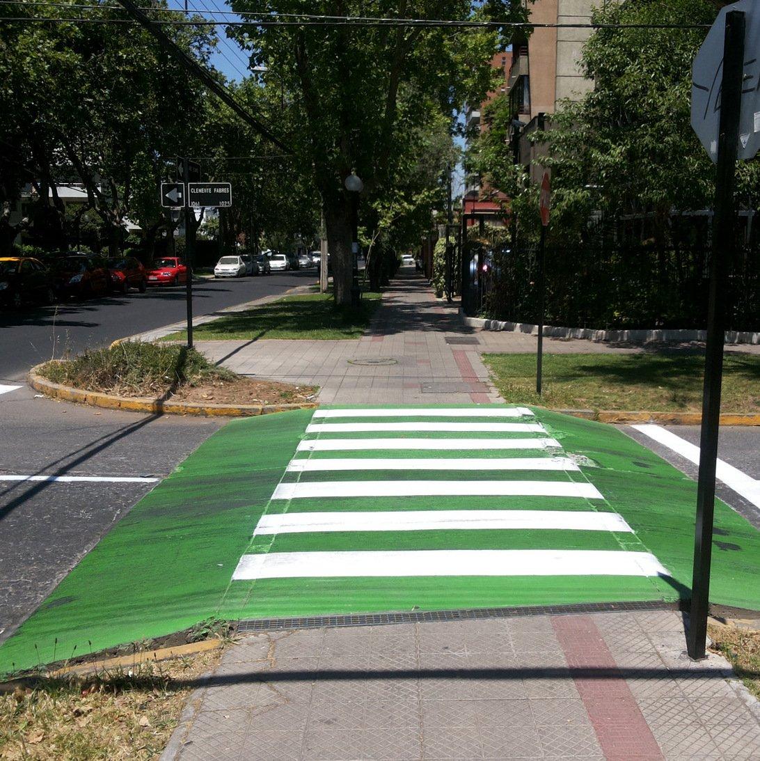 cruce peatonal a nivel con la acera en la comuna de Providencia