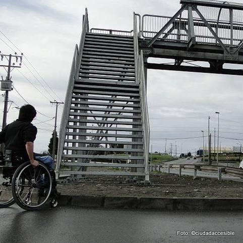 persona en silla de ruedas observando la escalera para atravesar pasarela el tepual