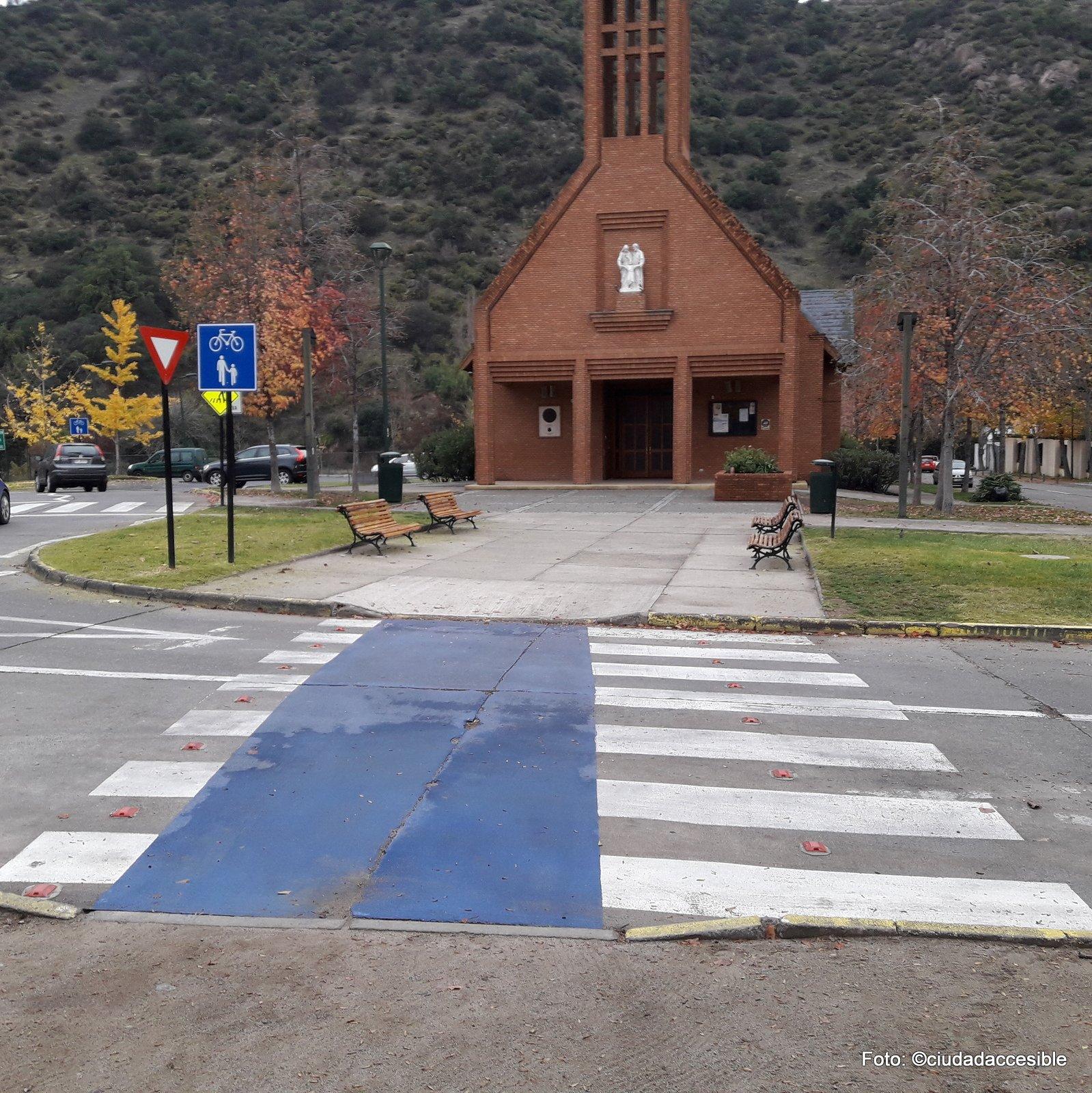 tramo de ciclovía y cruce peatonal donde se olvidó rebajar el cruce para peatones no así el de las bicicletas