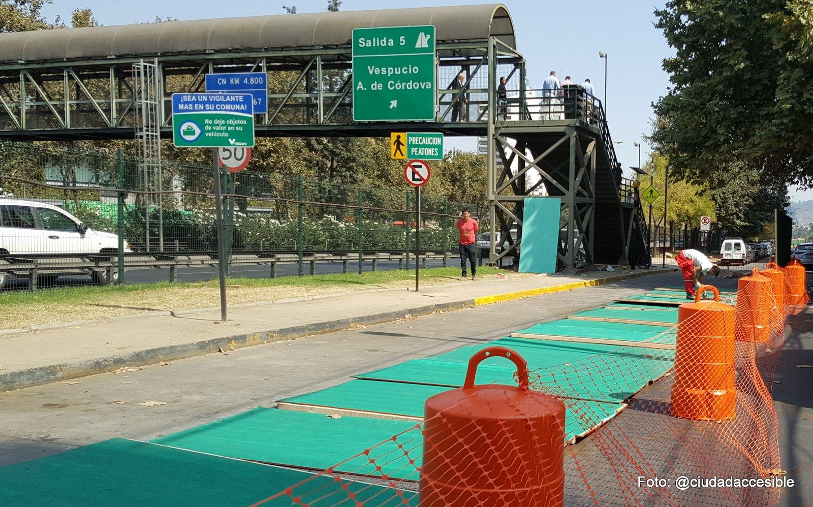 Inicio de trabajos de construcción de rampa para pasarela peatonal en marzo de 2017