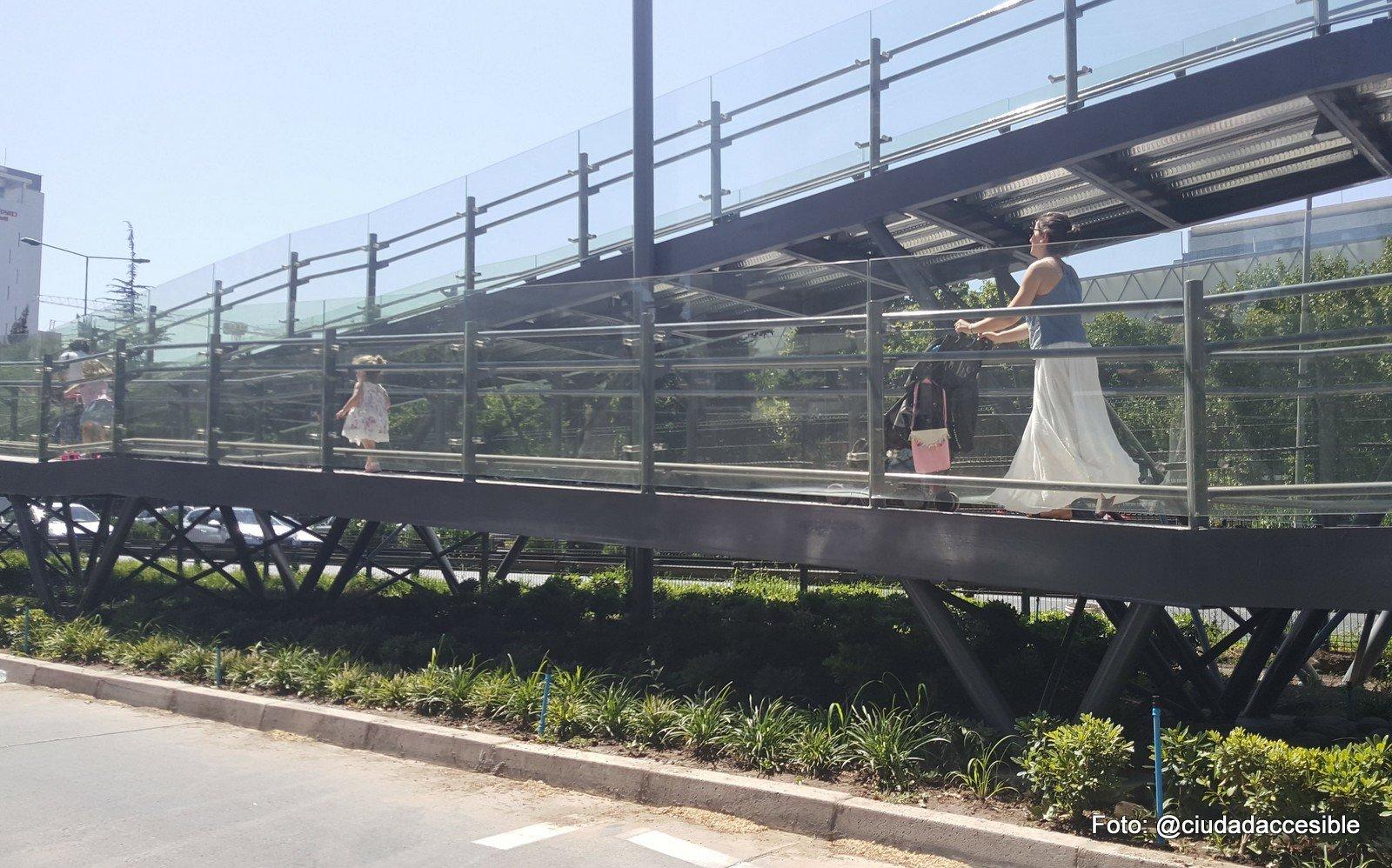 una mujer con coche y dos niños más suben por la rampa de la pasarela del parque arauco