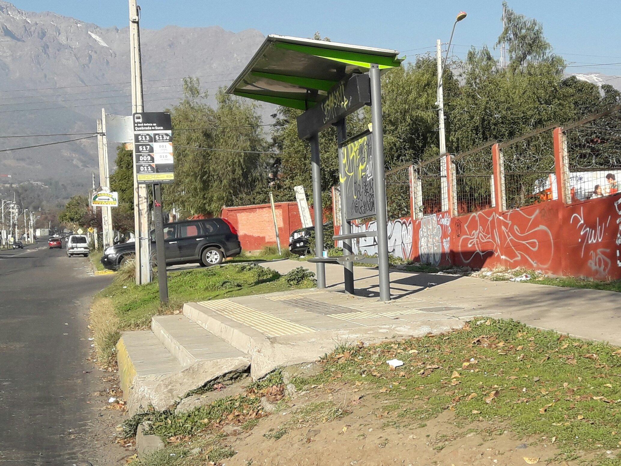 Paradero inaccesible comuna Santiago con peldaños para acceder al bus