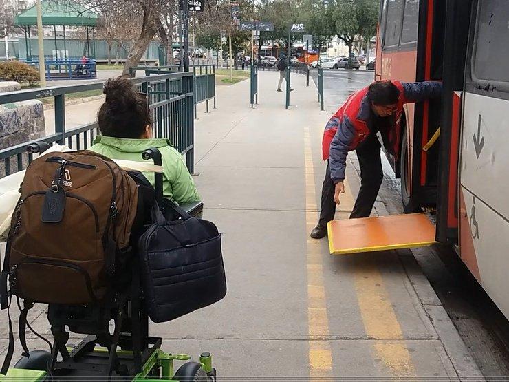 persona bajando rampa manual con dificultades para manipular la rampa