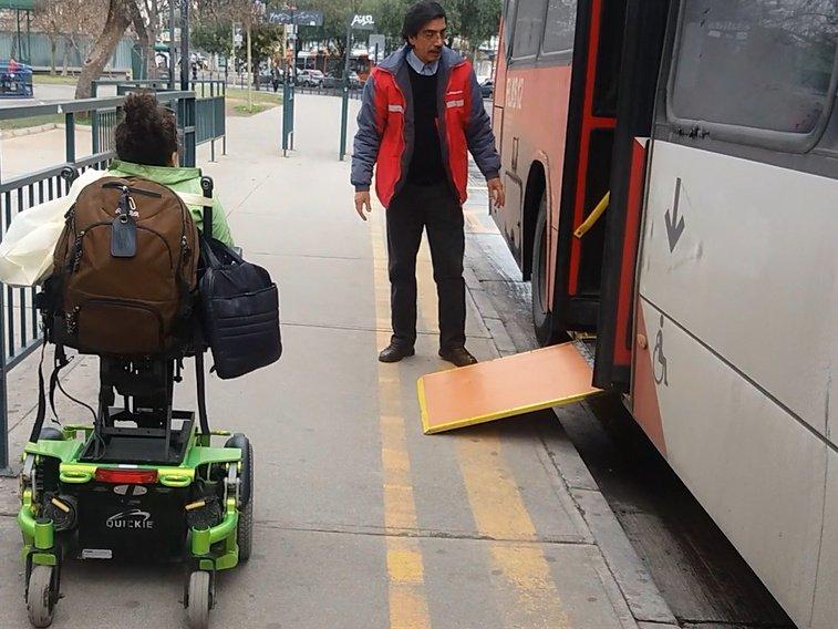 rampa extendida para acceder al bus que muestra una pendiente excesiva
