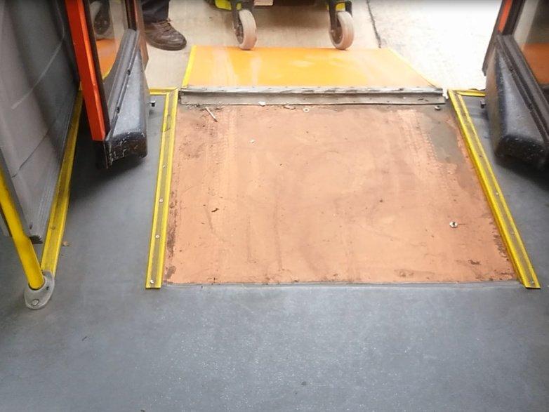 desde el interior del bus se muestra la pendiente excesiva de la rampa y el desnivel que deja su diseño