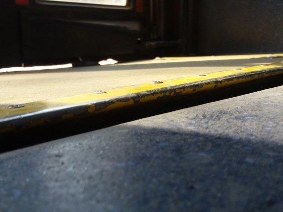 rampa cerrada en el interior del bus que muestra desnivel con el piso interior