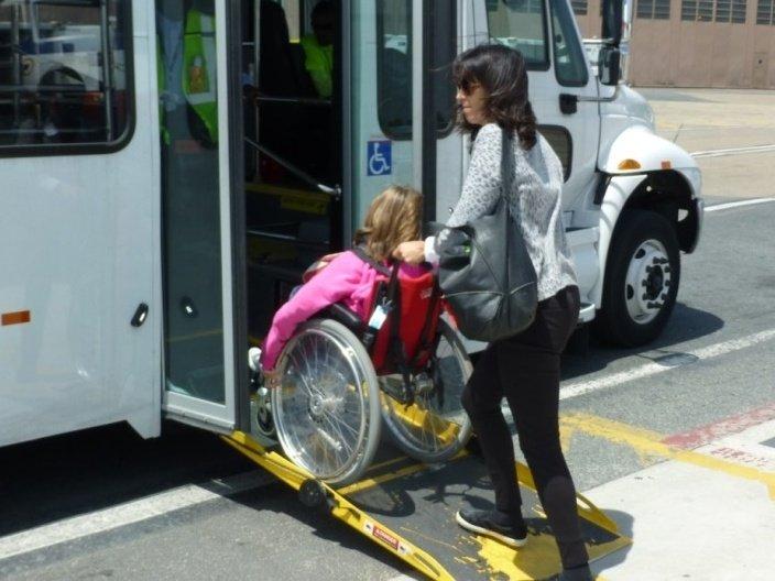 persona accediendo al bus con rampa frente a la ubicación del chofer