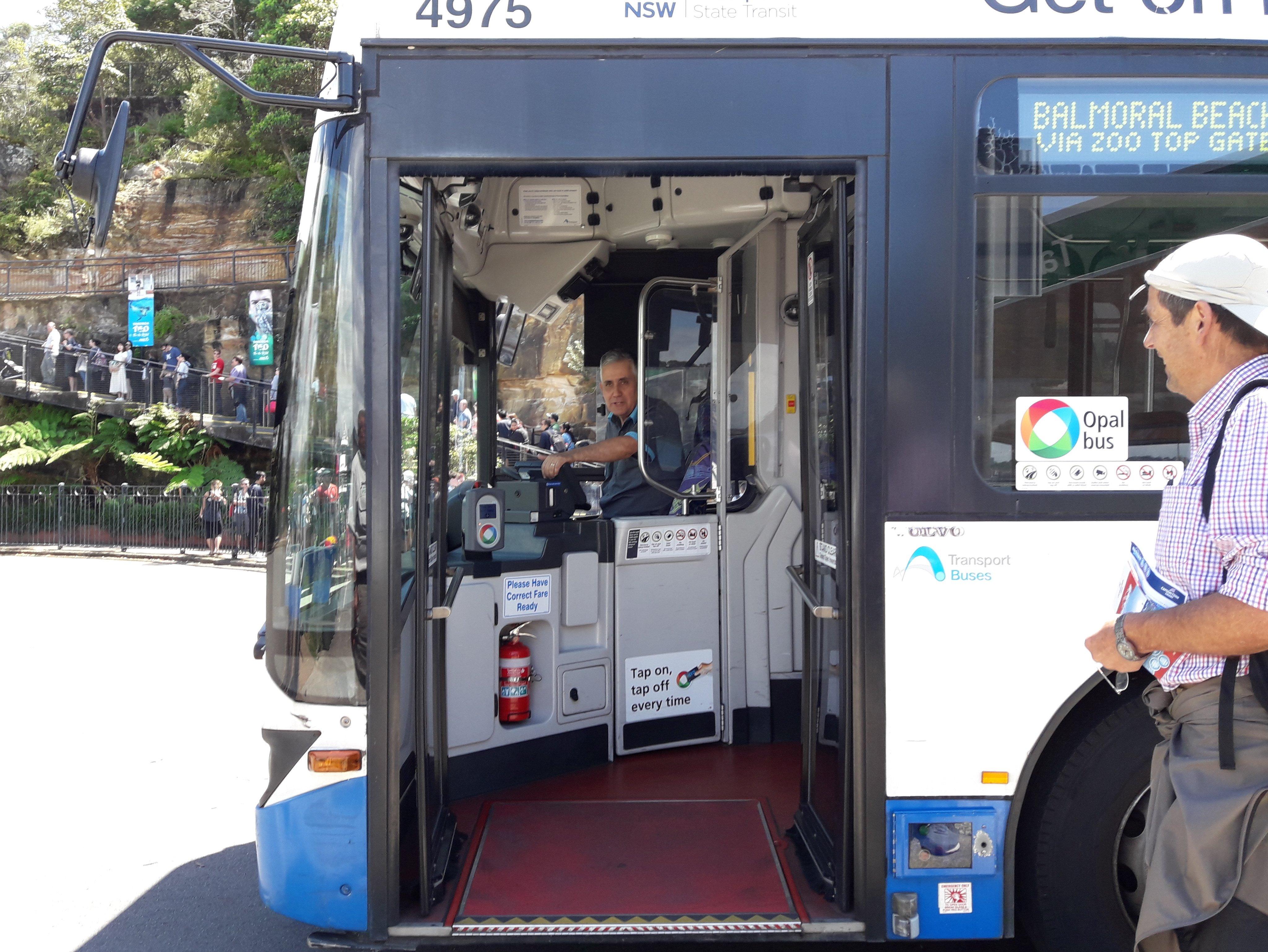 Bus con acceso de rampa por la parte delantera permitiendo el control del chofer