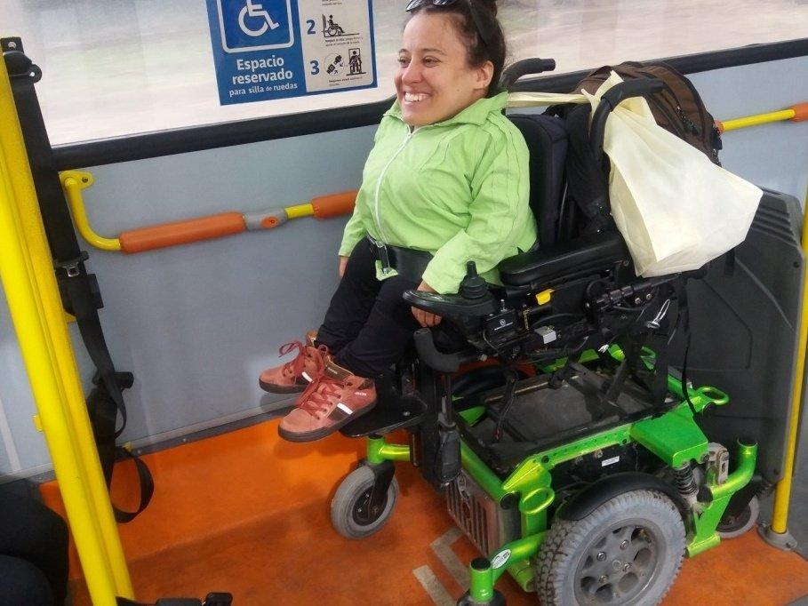 foto de espacio para silla de ruedas en bus con pasamanos de apoyo a una altura correcta