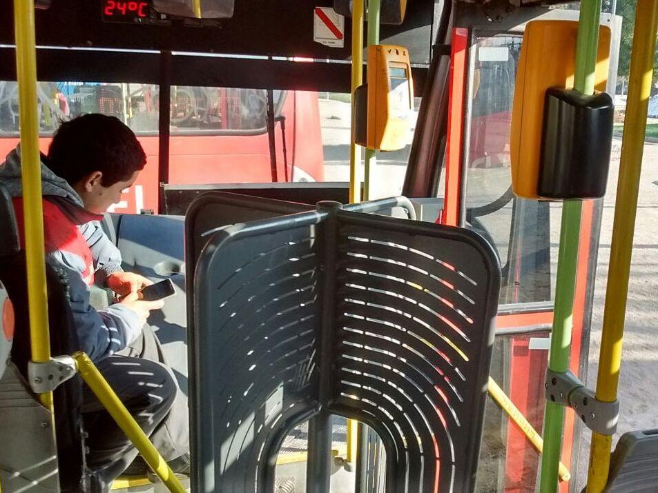 torniquetes en el ingreso al bus dificultando el acceso expedito e impidiendo a algunos ingresar por allí
