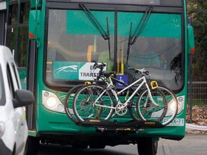Bicicletas transportadas en la parte frontal del bus obstruyen visibilidad de la señalización SIA
