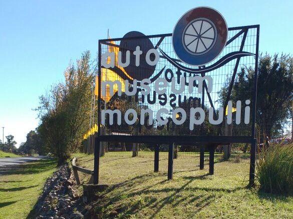 letrero de acceso que indica auto museum moncopulli