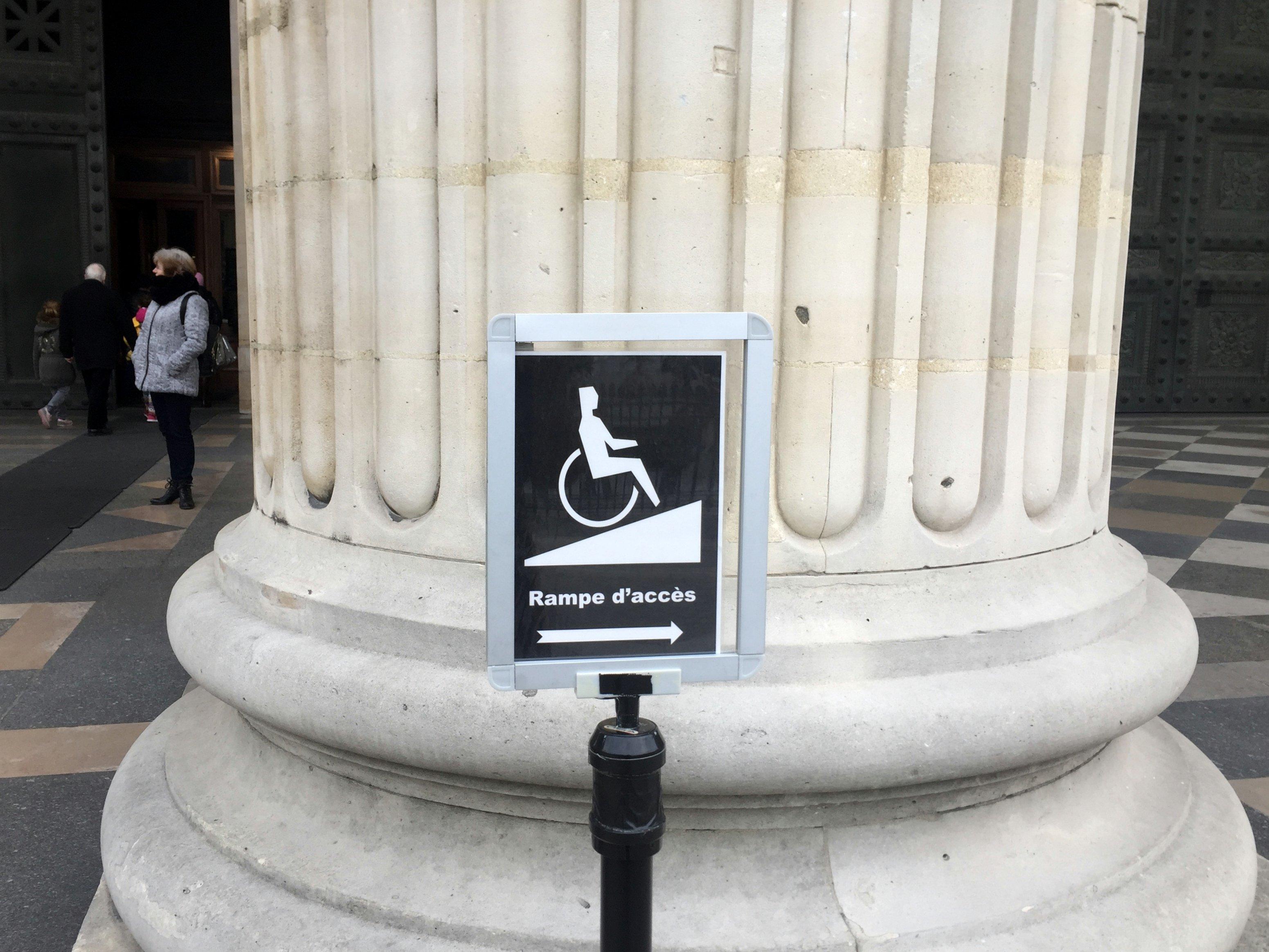 señalización alternativa de rampa de acceso a edificación patrimonial