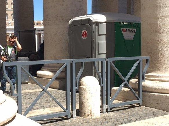 baños público accesibles de tipo portátiles que se instalan en el exterior de espacios muy concurridos