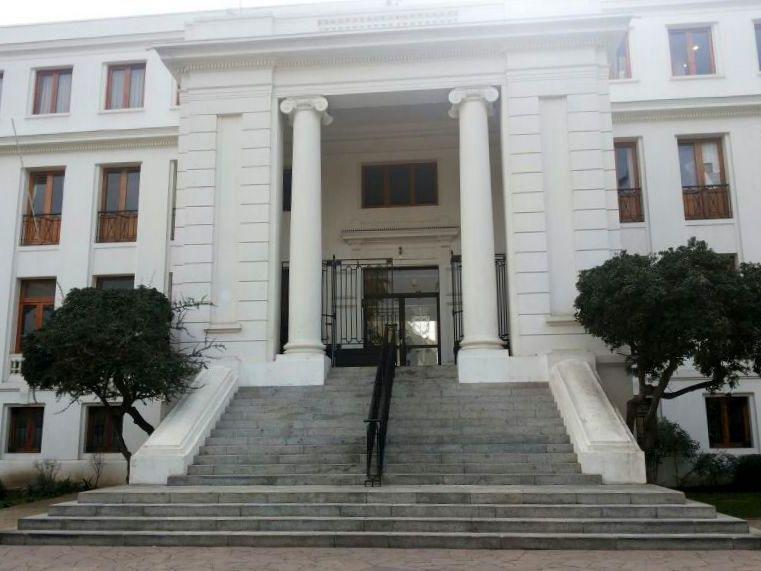 foto de un edificio patrimonial con muchos peldaños en su acceso