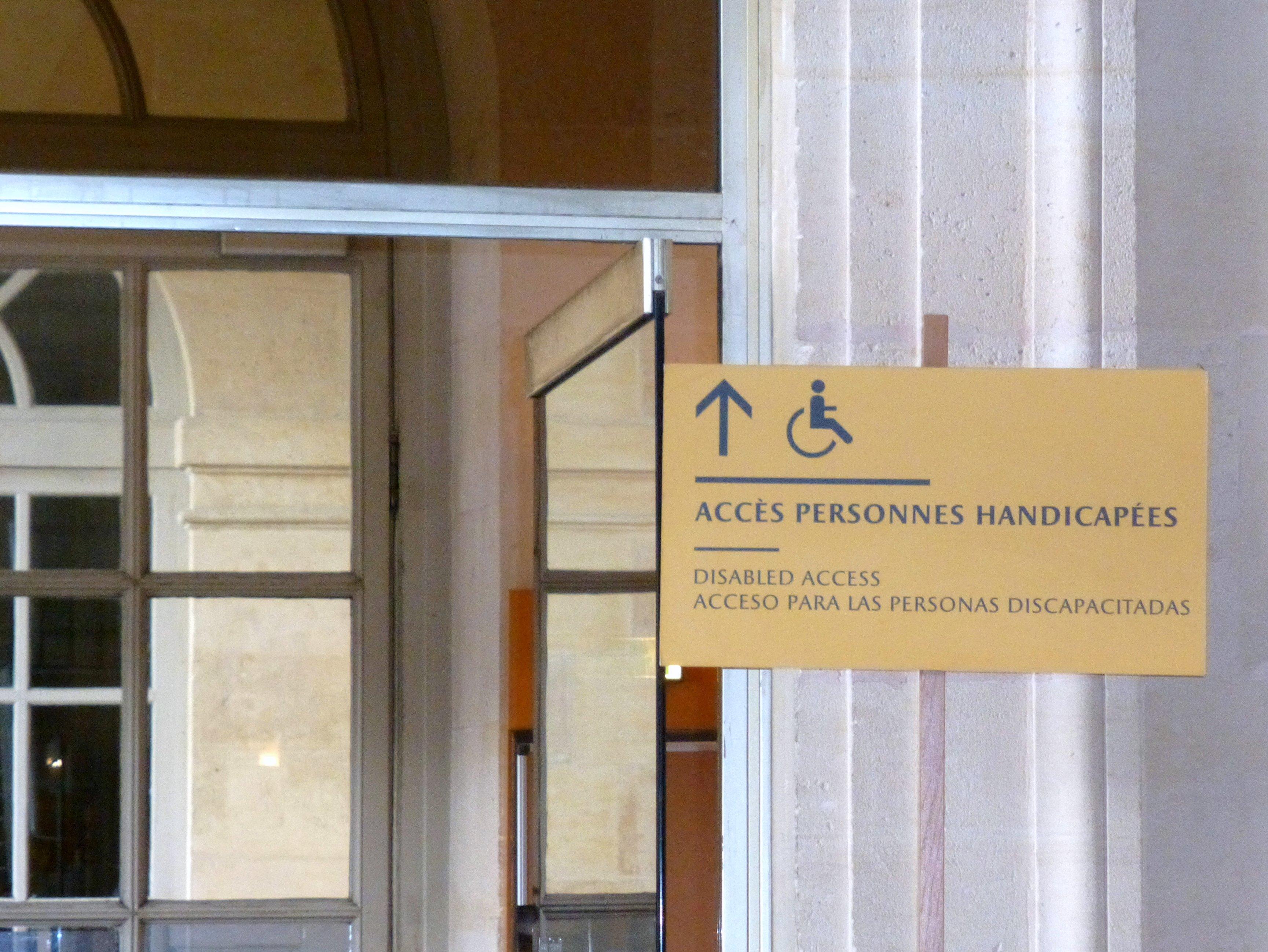 información direccional sobre la circulación y acceso de personas con discapacidad
