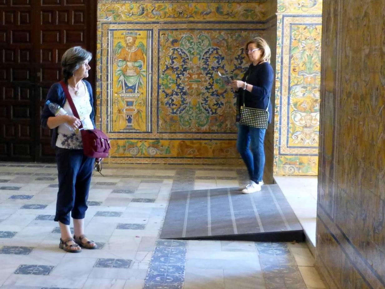 rampa que salva desnivel en circulación interior de edificio patrimonial en Sevilla España
