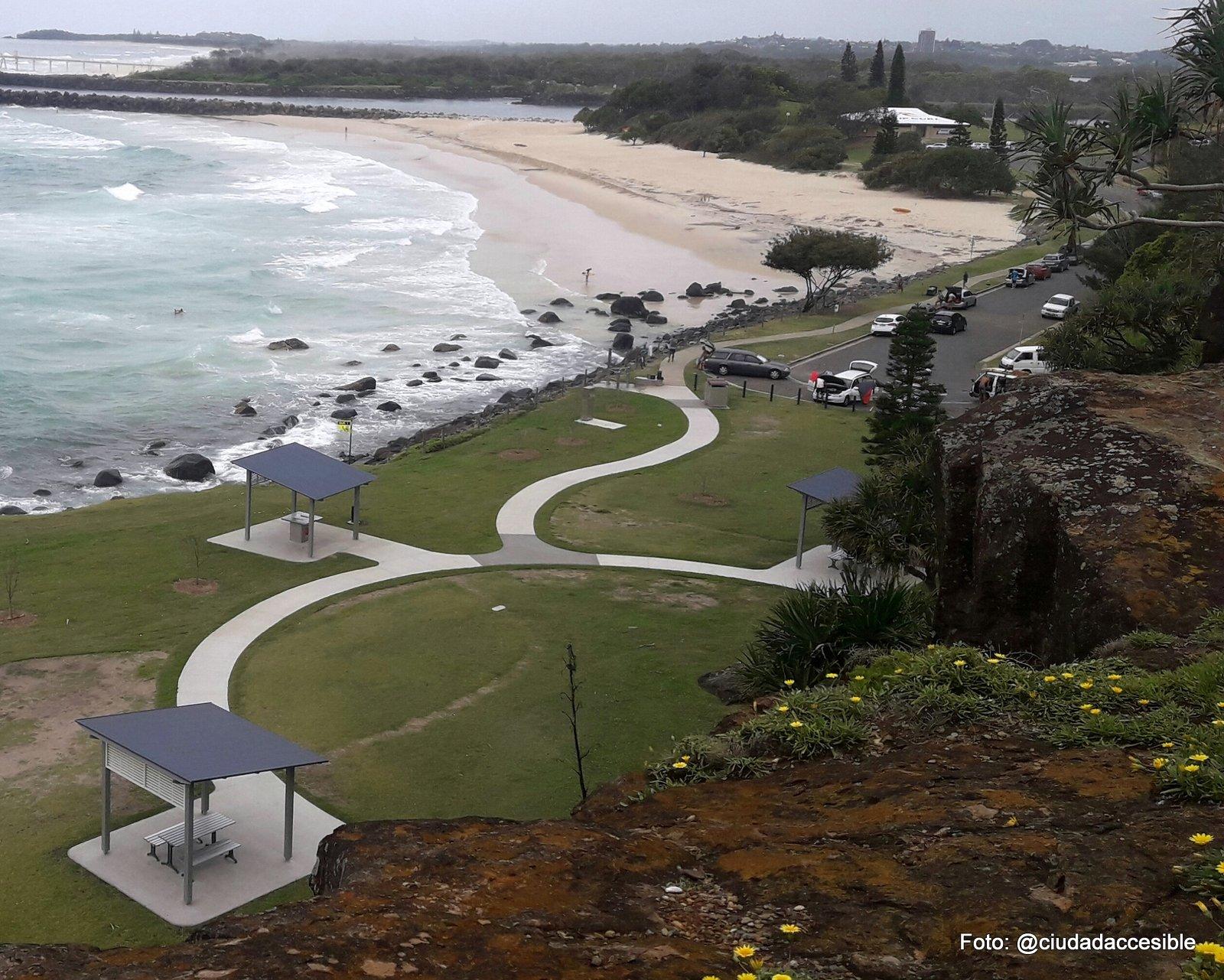 Panorámica desde arriba de ruta accesible que conecta áreas de estar en Playa Brisbane