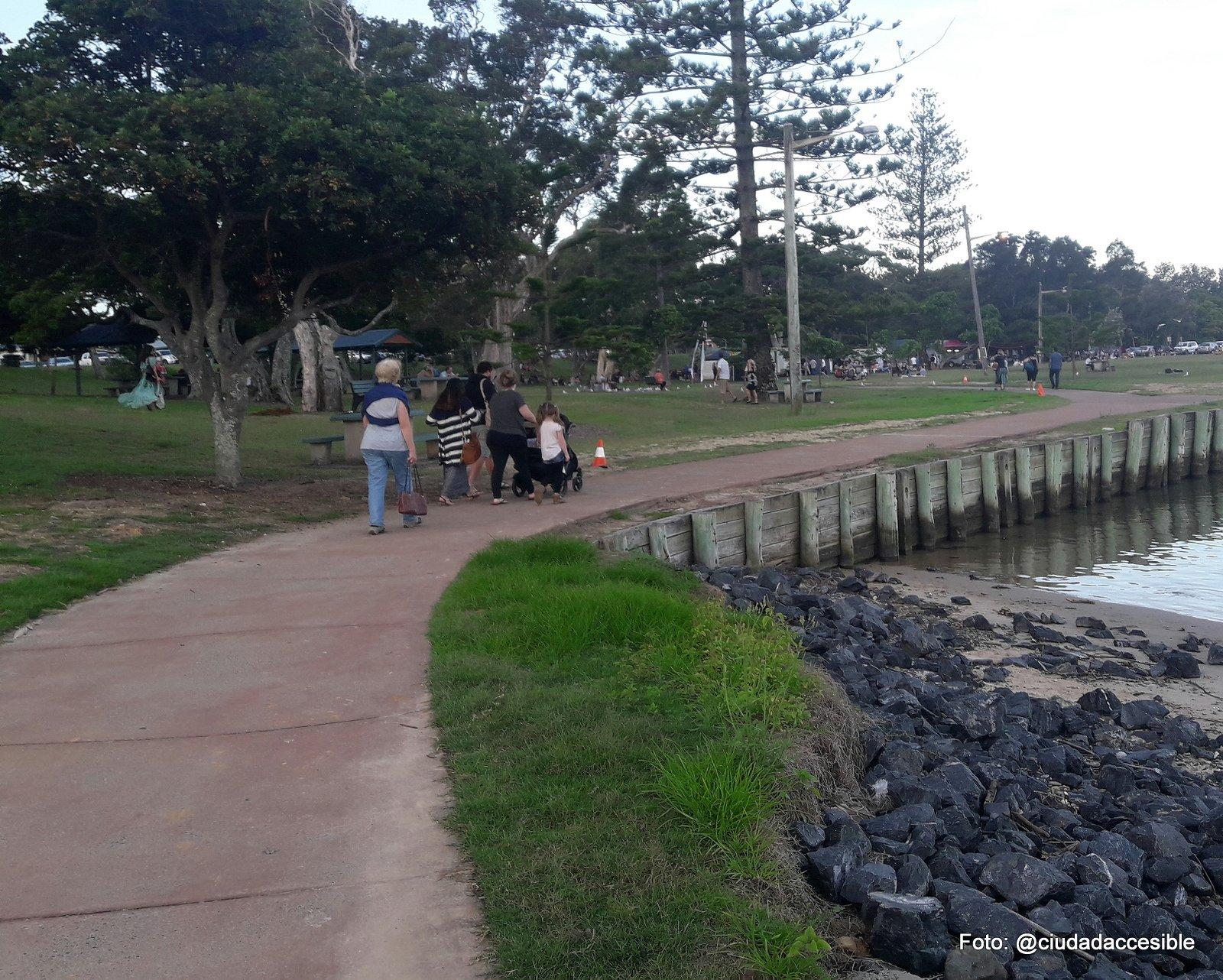 personas paseando por un sendeto en Parque Coffs Harbor