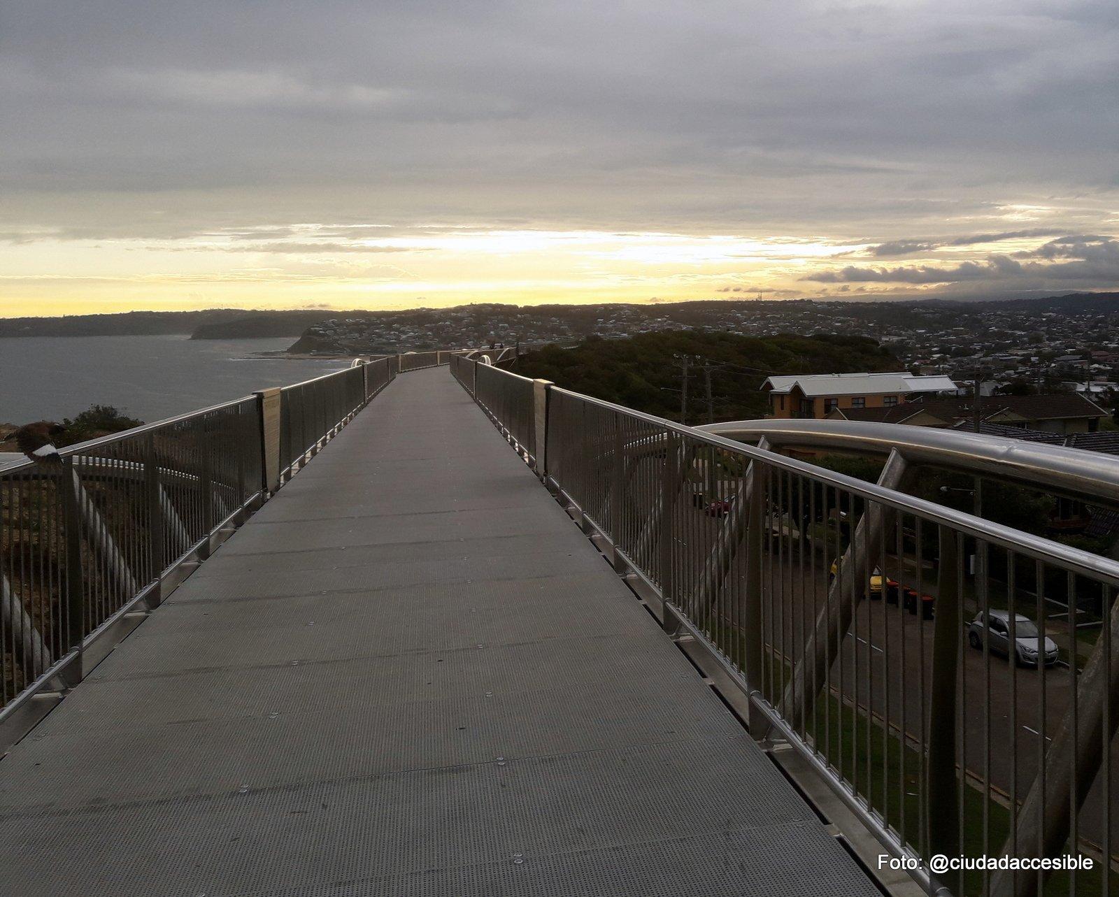 sendero peatonal pavimentado con vista a Playa New Castle