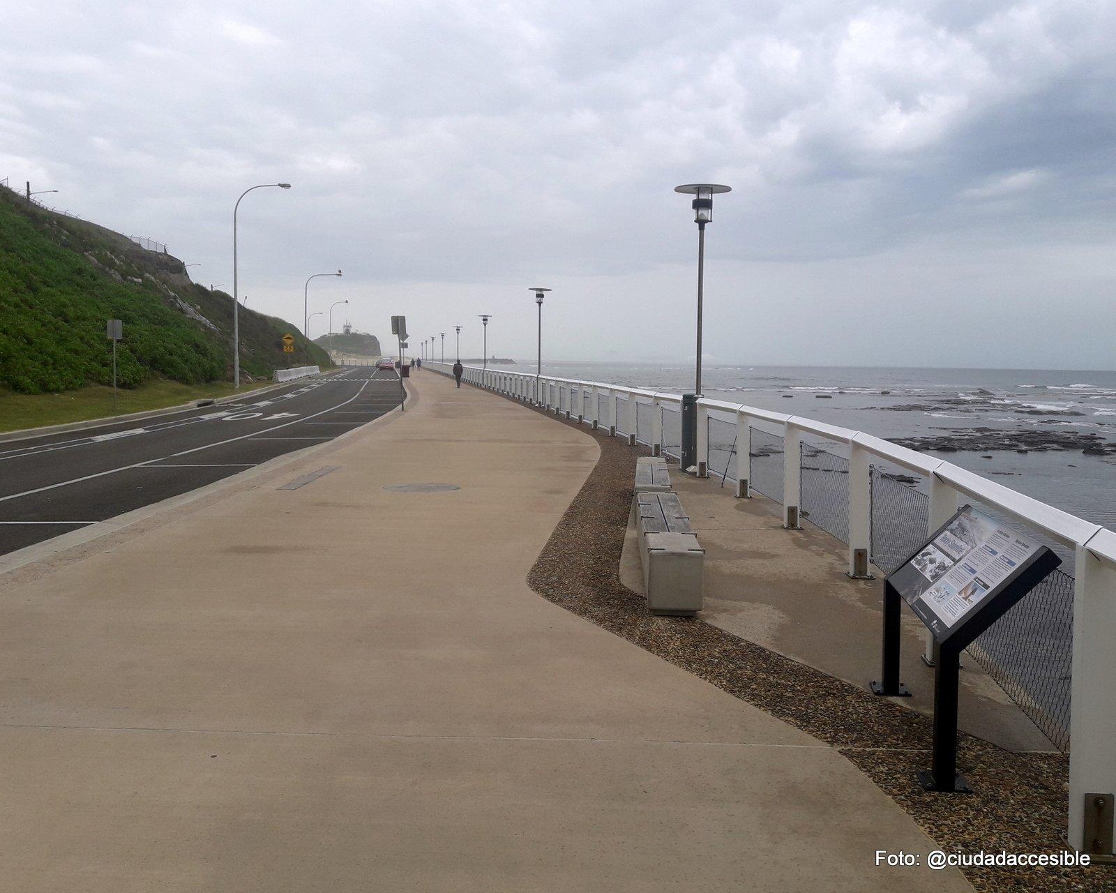 paseo peatonal como borde costero en Playa New Castle