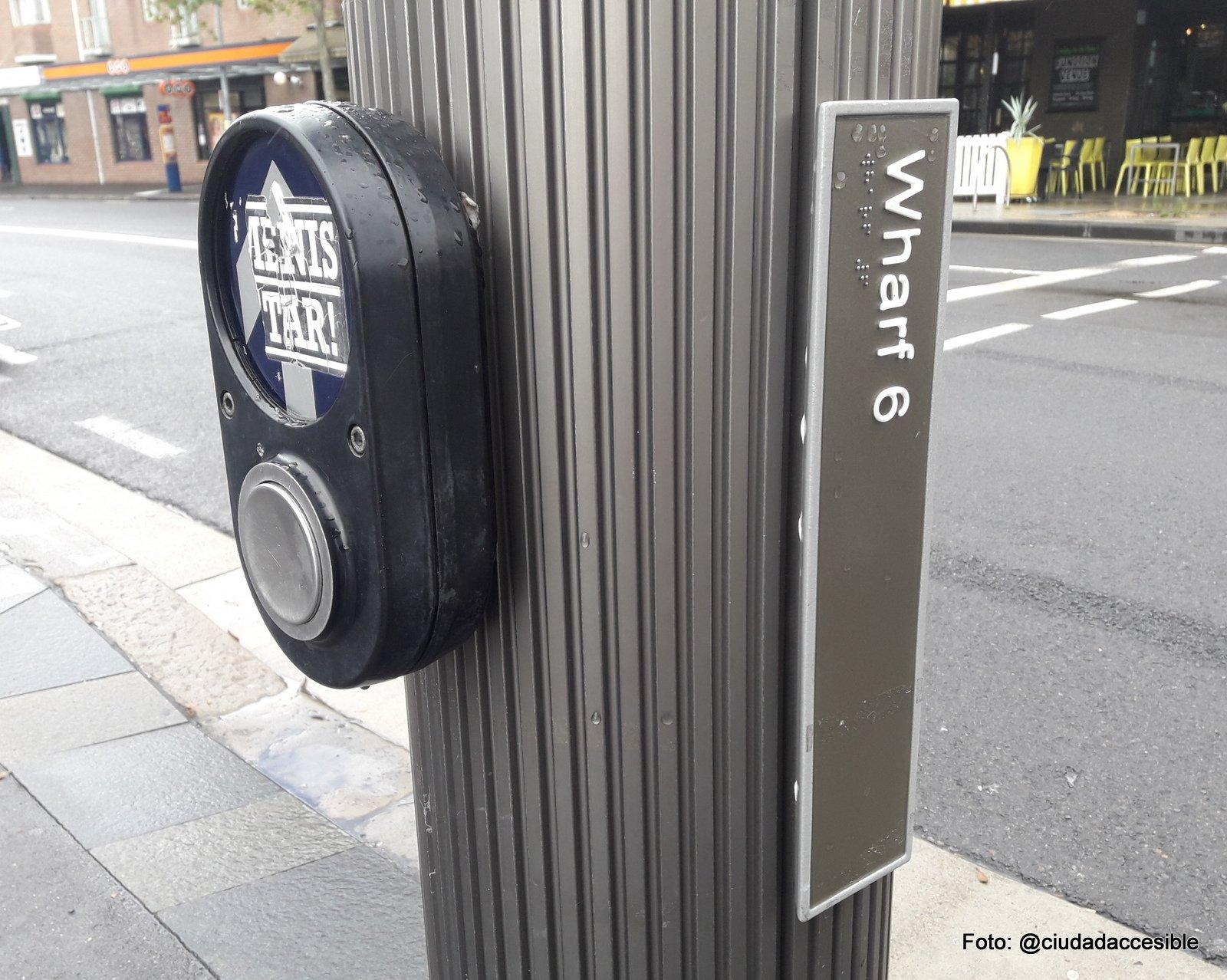 aparato que emite señal audible en cruce peatonal en Sydney ademas de placa en Braille que indica el nombre de la calle