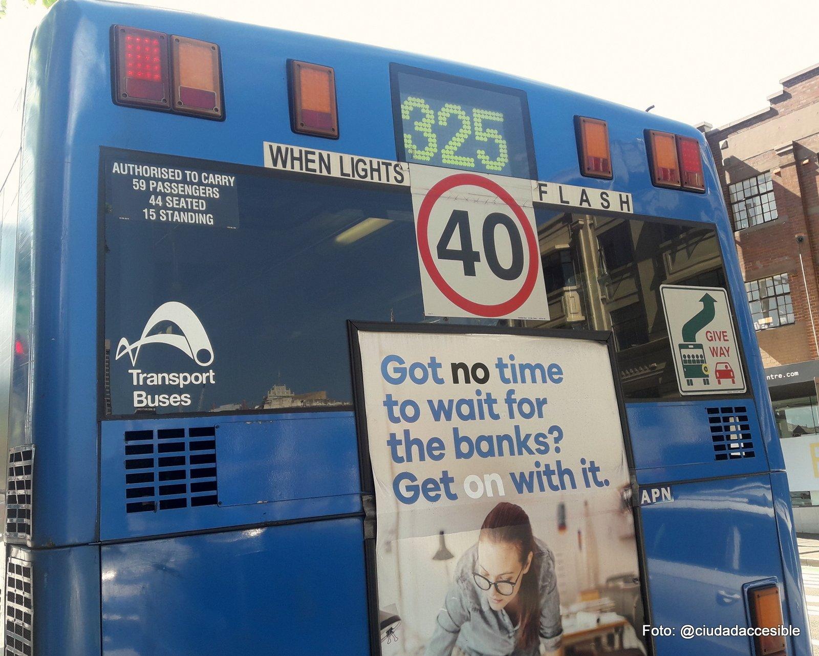 Bus accesible en Sydney que indica en su exterior la capacidad máxima de pasajeros que puede llevar en su interior
