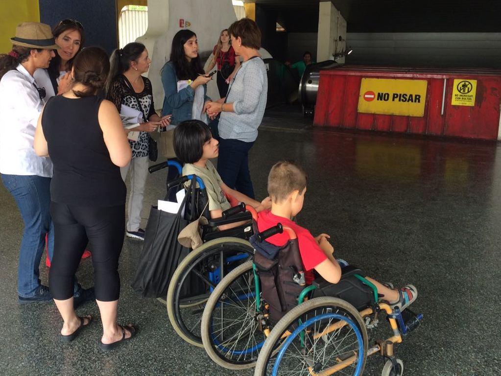Durante la reconstitución de escena conversa el equipo de ciudad accesible con madres de hijos en silla de ruedas que deben utilizar la estación franklin