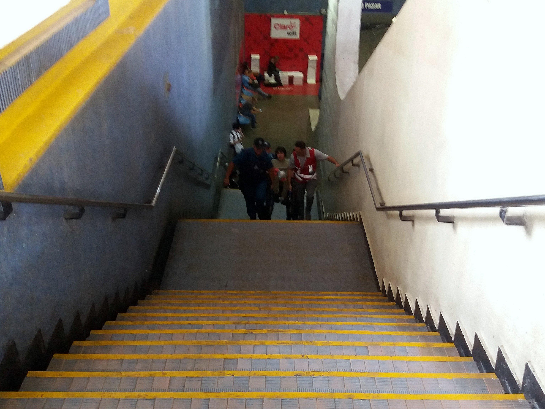 guardias de metro suben a una persona en silla de ruedas por las escaleras en la estación franklin