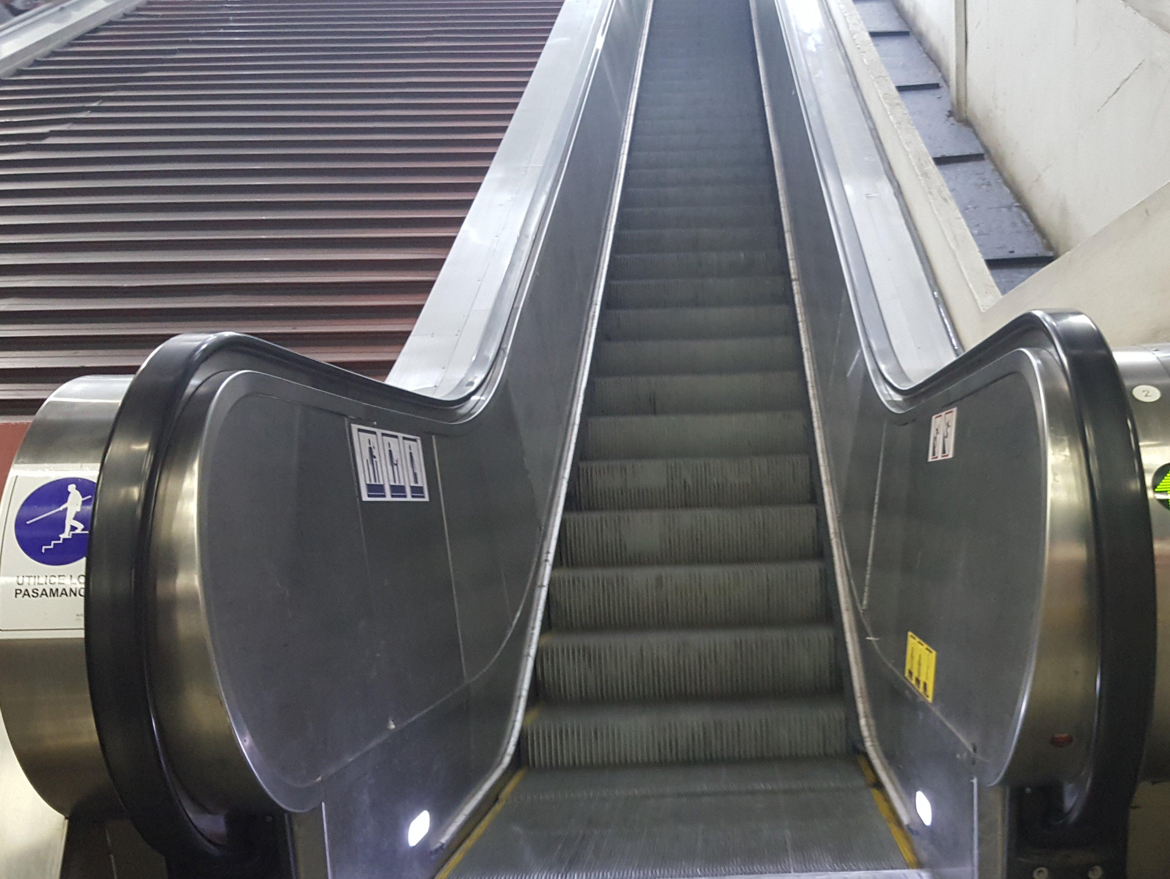 largas escaleras mecánicas para acceder a estación franklin
