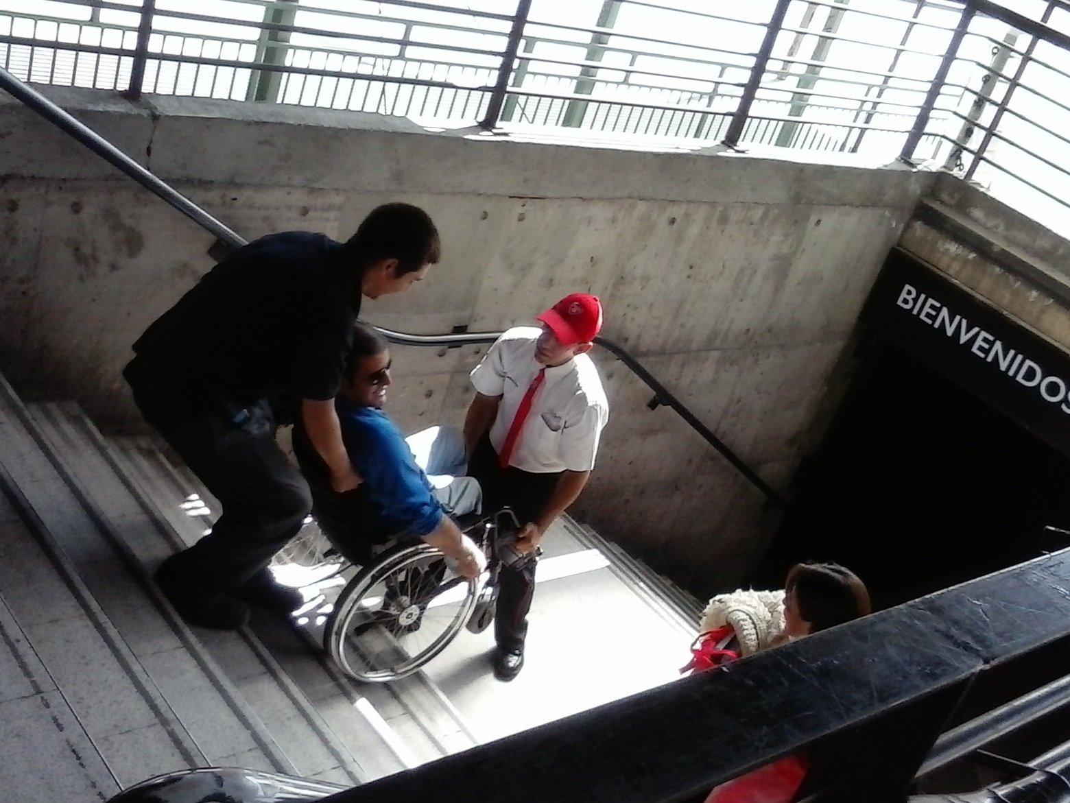 persona en silla de ruedas es subida por las escaleras de Metro Escuela Militar