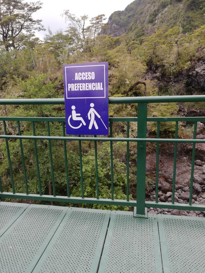 pasarela metálica que permite el ingreso en silla de ruedas con un cartel que dice acceso preferencial