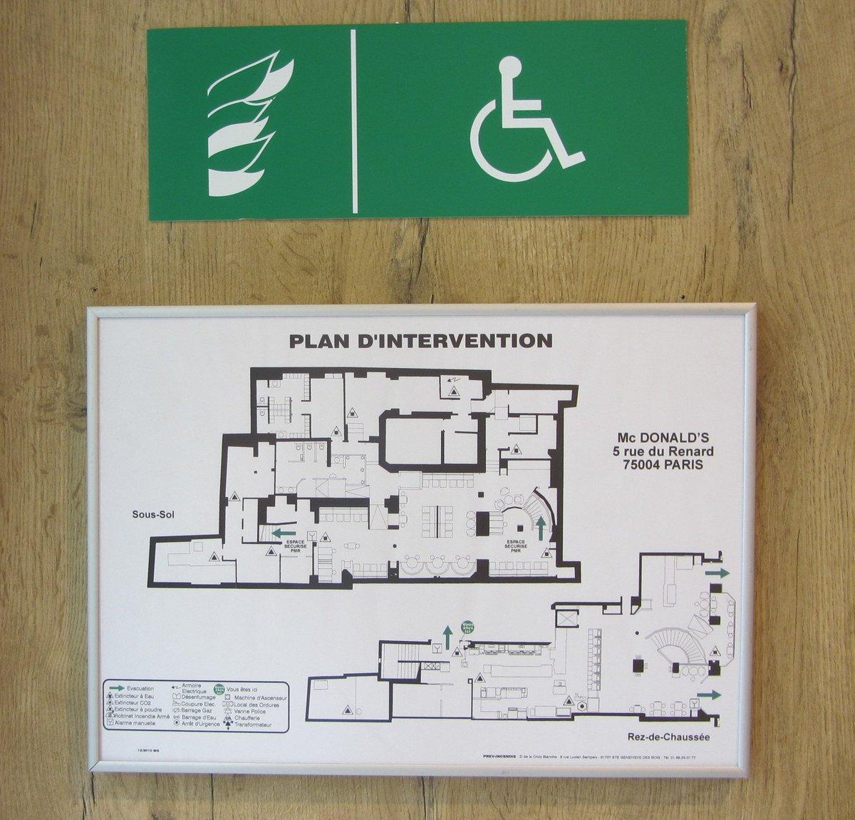 plano de evacuación de un restaurant que incorpora señalización de accesibilidad