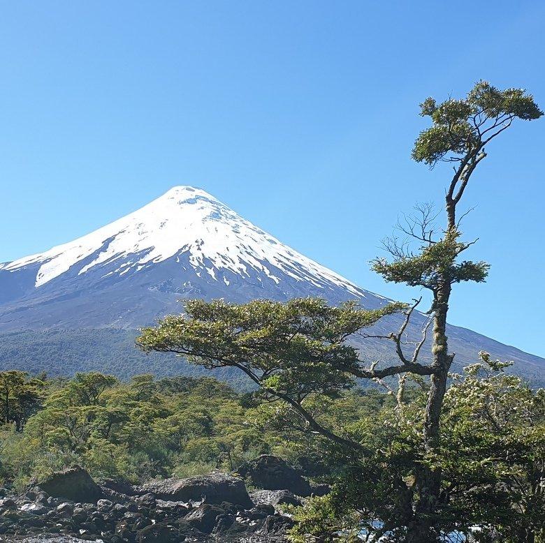 vista al volcán osorno desde los saltos del petrohué