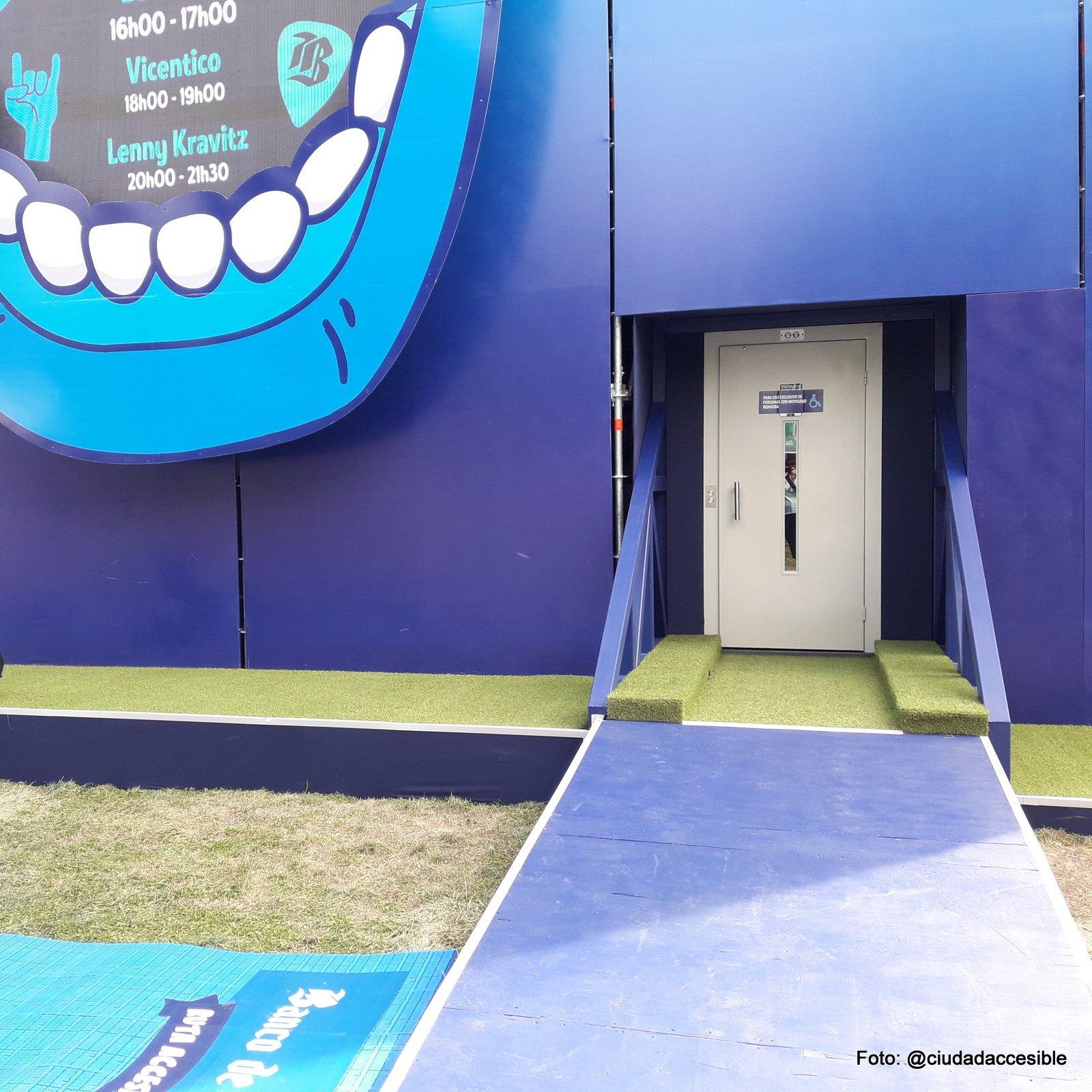 acceso mediante una ruta accesible hecha de un material estable y que comunica hasta el ascensor
