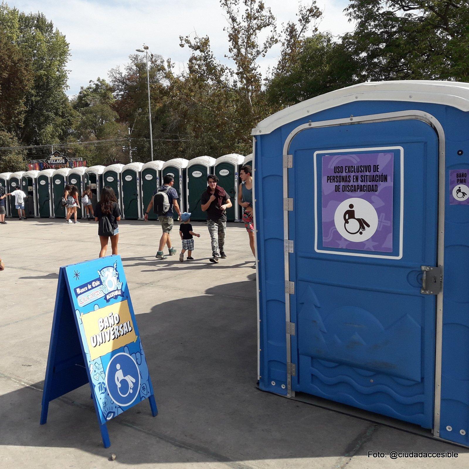 baño accesible ubicado junto a los ptros baños portátiles en lollapalooza