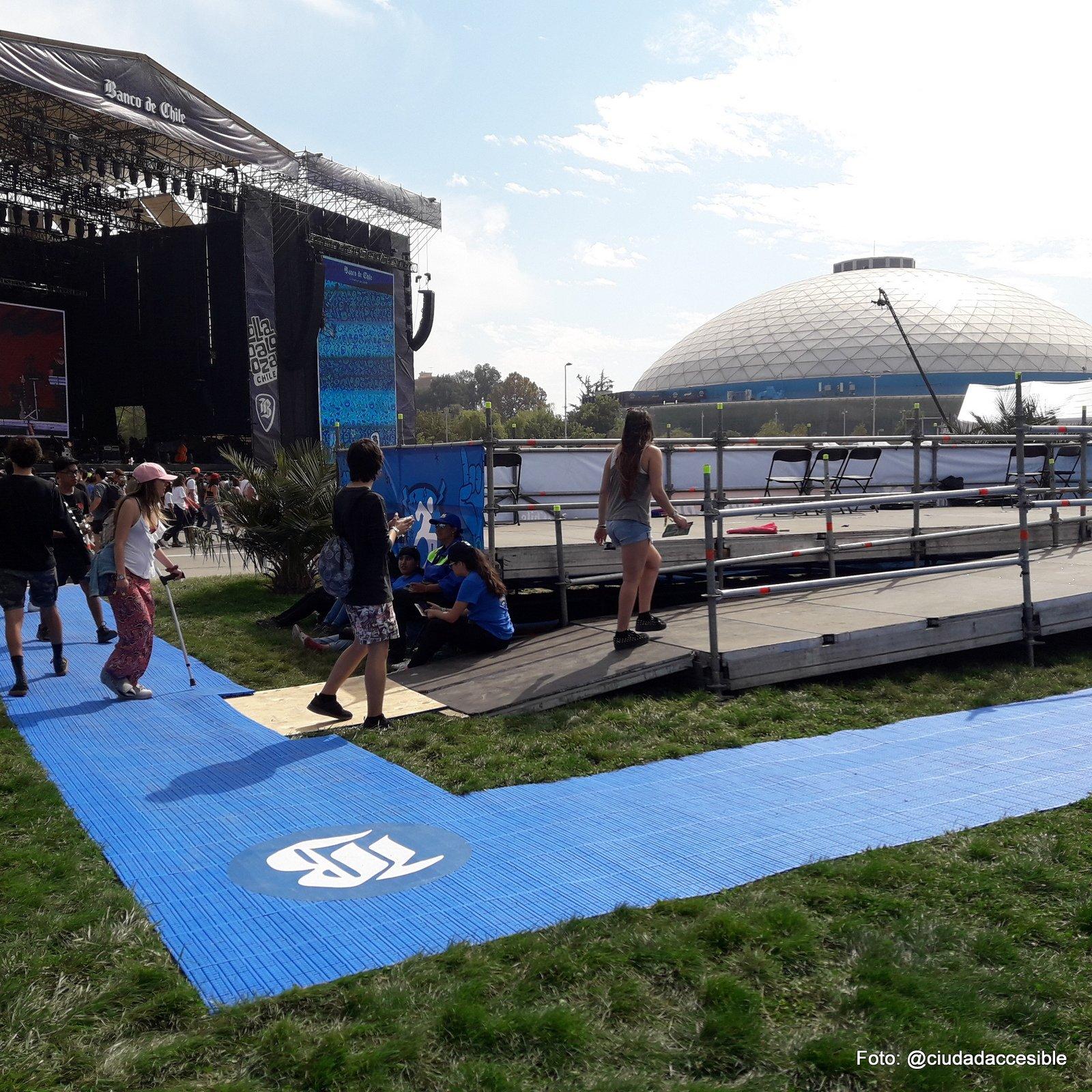 ruta accesible de color azul y de material estable que comunicaba los diferentes sectores del parque