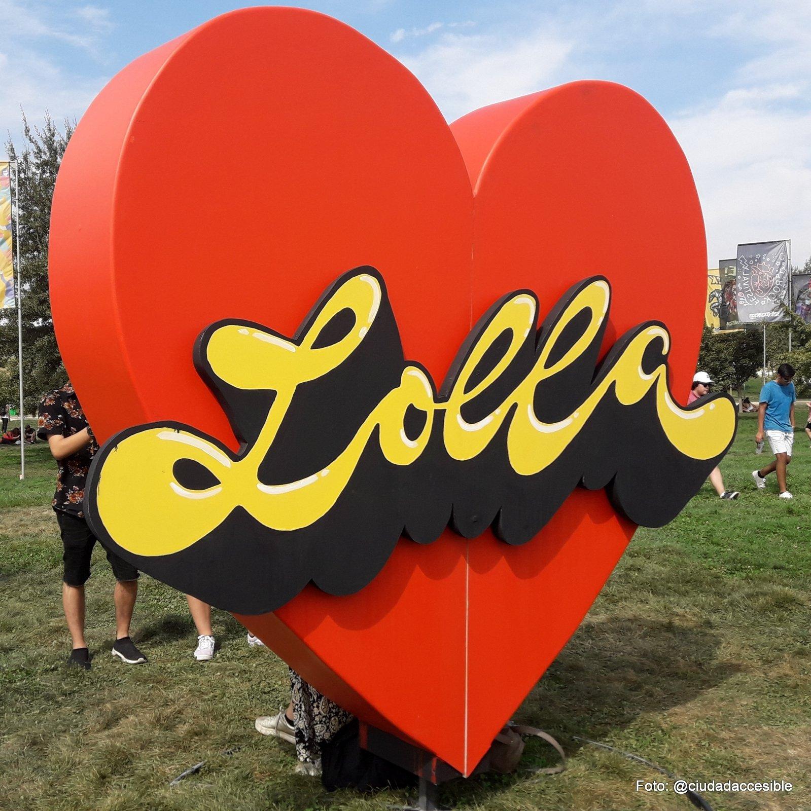 se ve un gran corazón rojo con las letras lolla escritas sobre el y que estaba instalado en el interior del parque