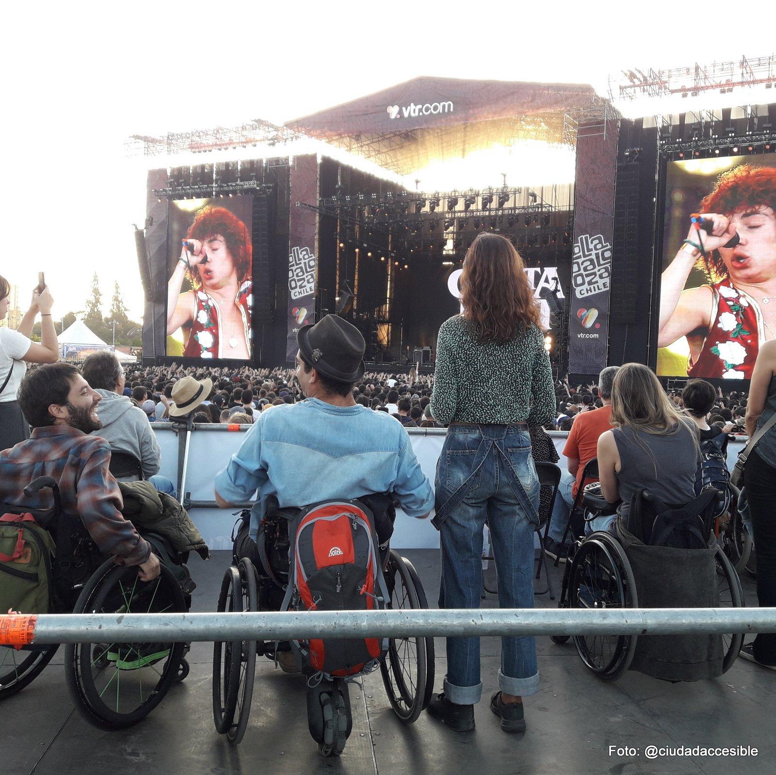 sectores elevados para espectadores en silla de ruedas con vista al escenario