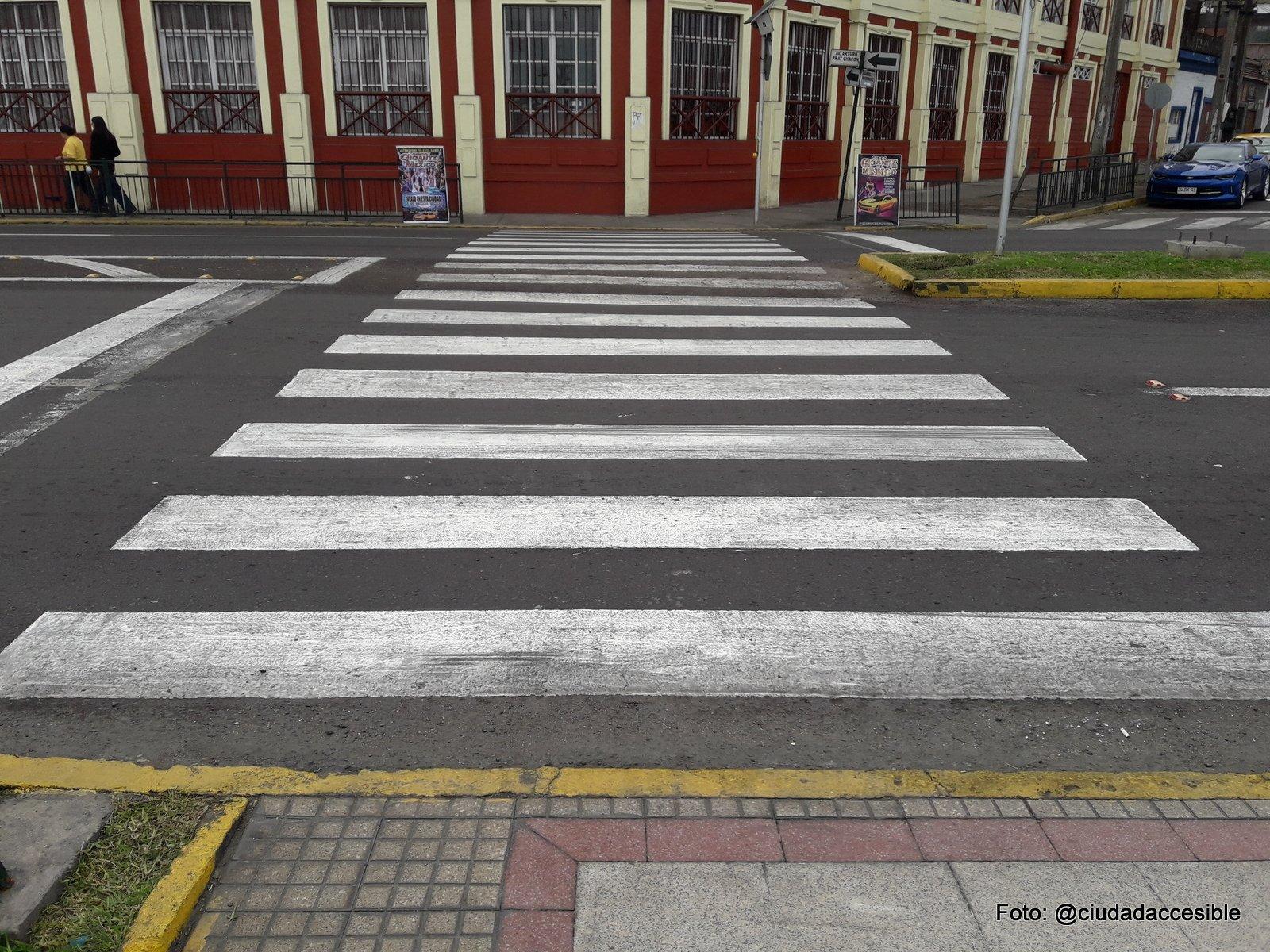 cruce peatonal ancho y demarcado como paso cebra en la Av Arturo Prat