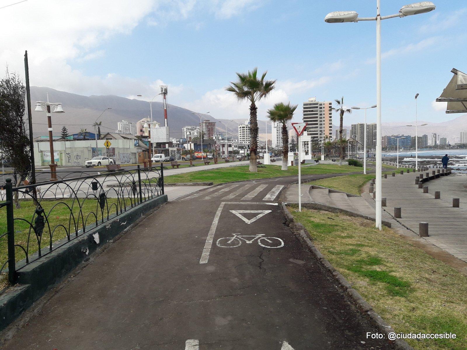 ruta peatonal que cruza la ciclovía demarcada para llegar a peldaños como acceso a la playa