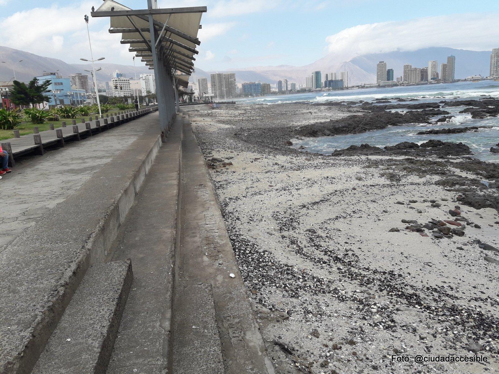borde de la playa al que se accede por peldaños