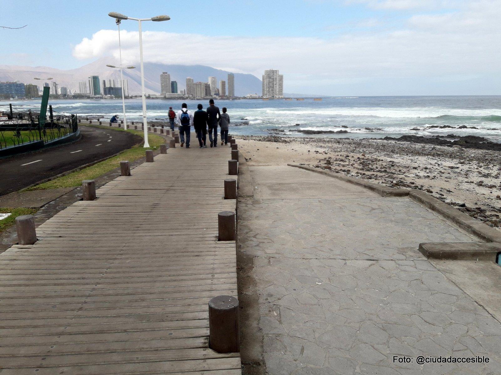circulación peatonal de madera que recorre la orilla en desnivel con el resto de las circulaciones