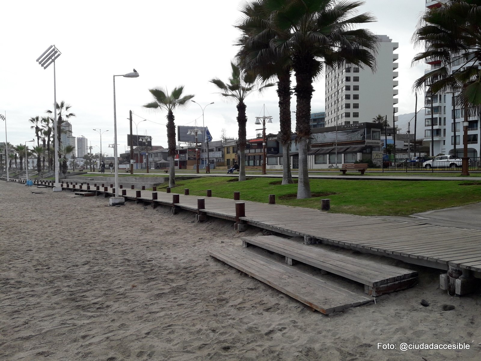 acceso a la playa desde el deck de madera con peldaños para bajar a la playa
