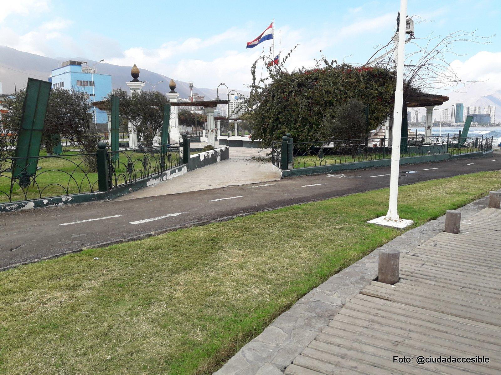 Unión del sendero peatonal desde la plaza Cristobal Colón hacia ciclovía sin demarcación cebra ni conexión a ruta peatonal